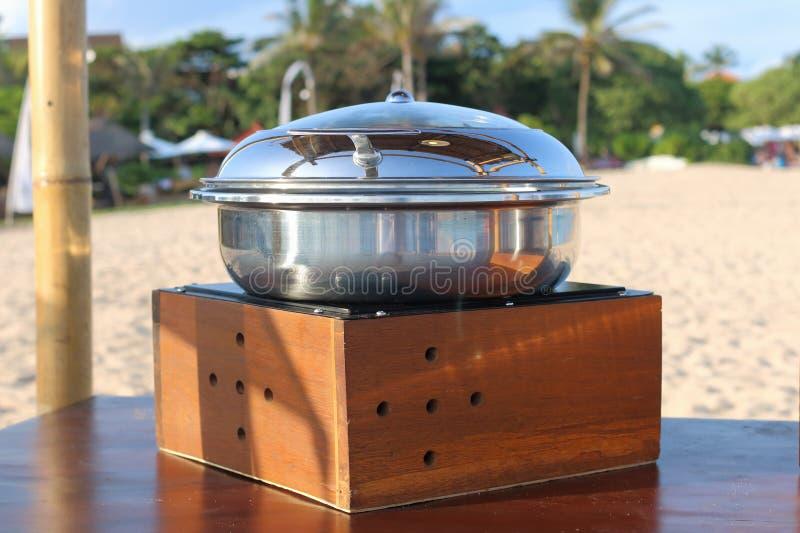 Rostfreie Teller für Buffet auf dem Strand lizenzfreies stockfoto
