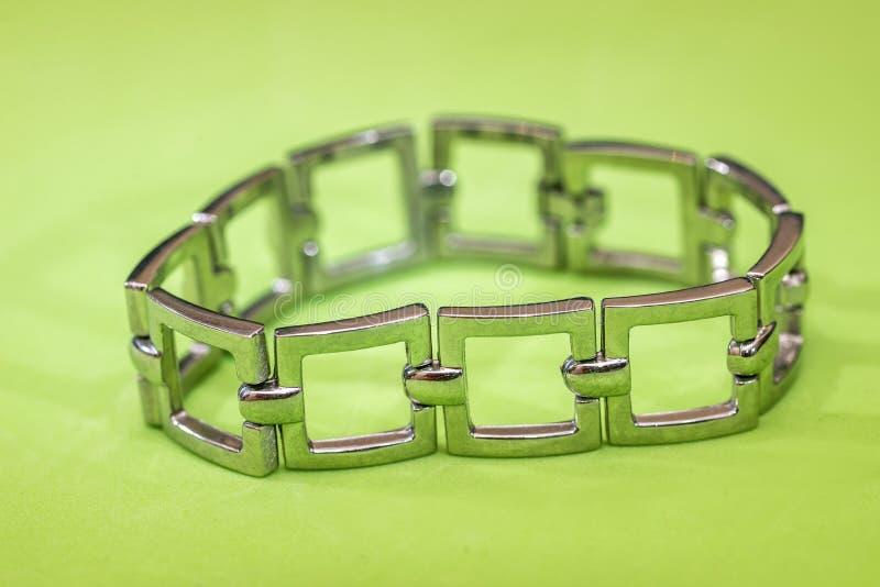 Rostfri eller silverarmband för isolerade kvinnor arkivbild