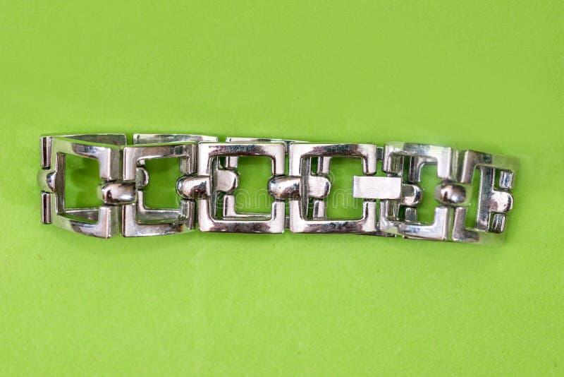 Rostfri eller silverarmband för kvinnor på gräsplan royaltyfri foto