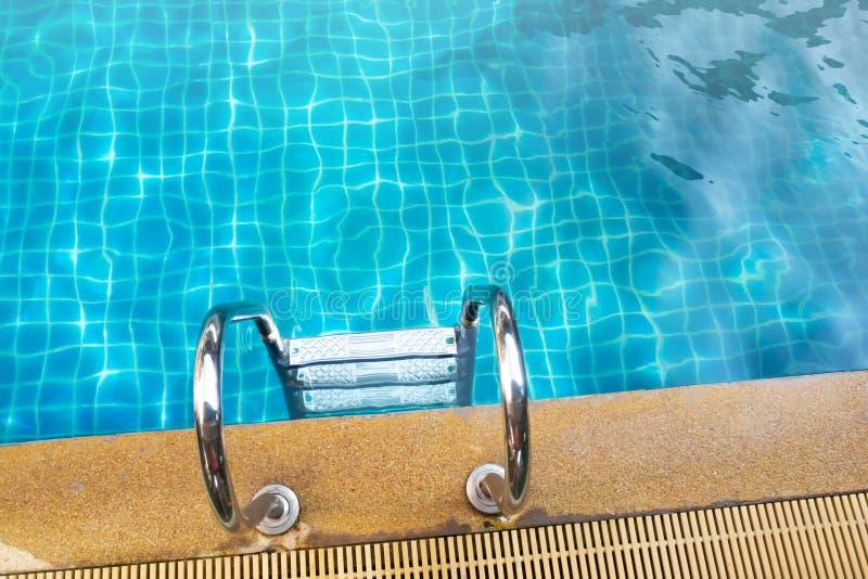 Rostfri stång i simbassäng Vattenaktivitet arkivbilder