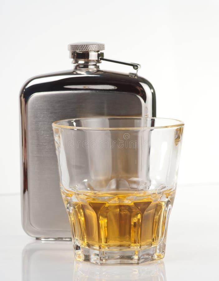 rostfri tumblerwhiskey för flaska arkivfoton