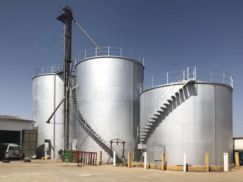 Rostfritt stål för behållare för vinproduktion arkivbilder