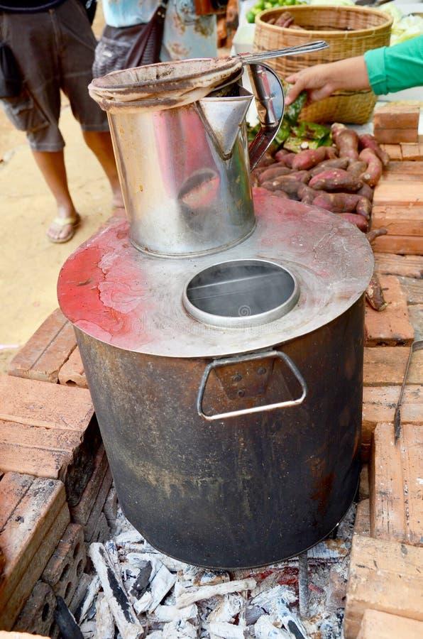 Rostfritt stålkrukan för framställning av kaffe- och telao utformar på gammalt s royaltyfri fotografi