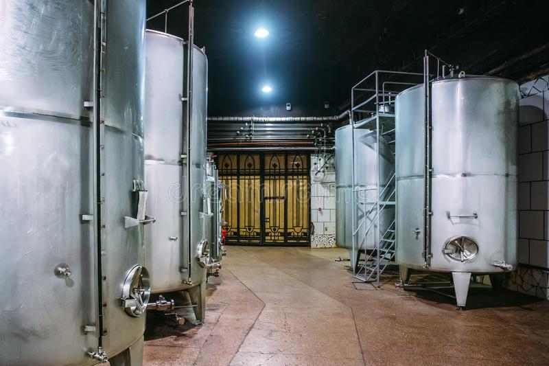 Rostfritt stållagringsbehållare eller aluminiumtrummor eller metallvats för vinproduktion, industriell alkoholjäsning royaltyfri foto