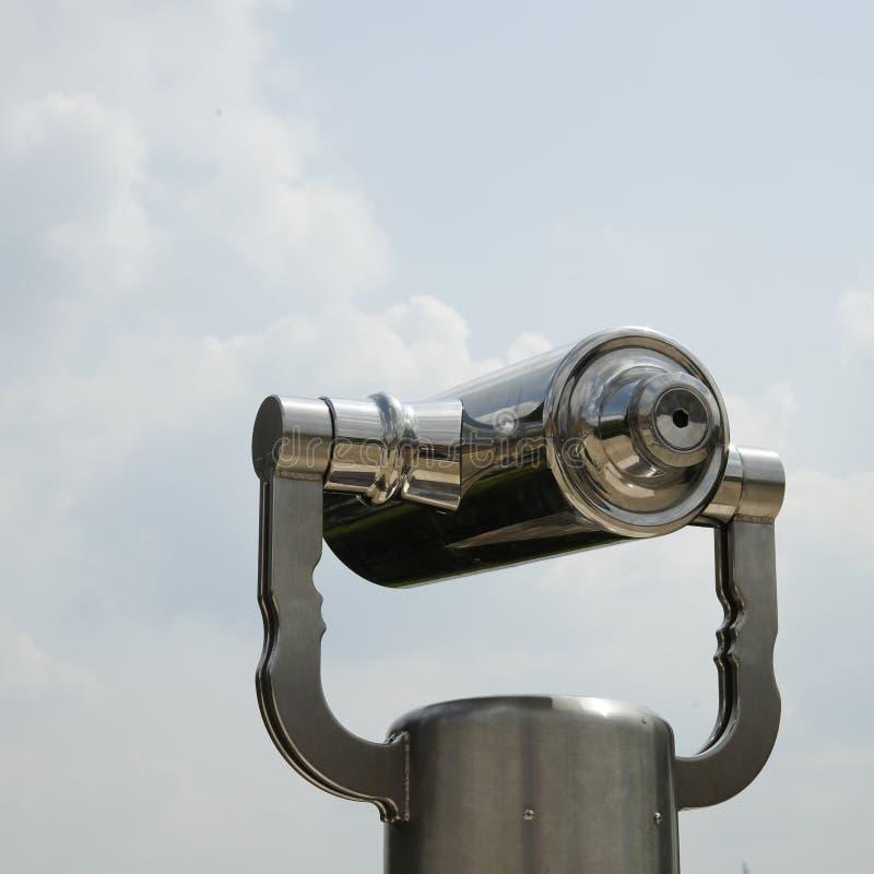 Rostfritt stålteleskop för turist på observationsdäcket med naturligt landskap arkivbild