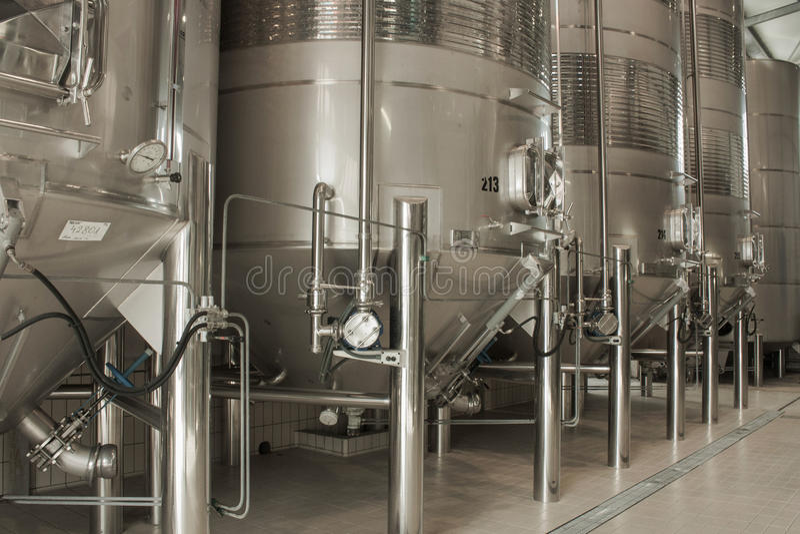 Rostfritt stålvinvats i rad inom vinodlingen arkivfoto
