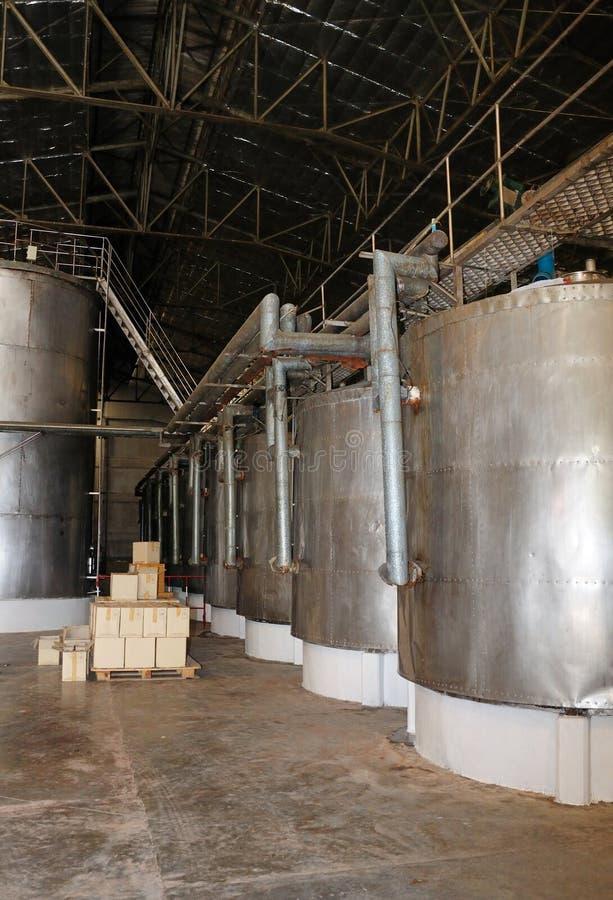 Rostfritt stålvinvats i rad på en vinodling arkivbilder