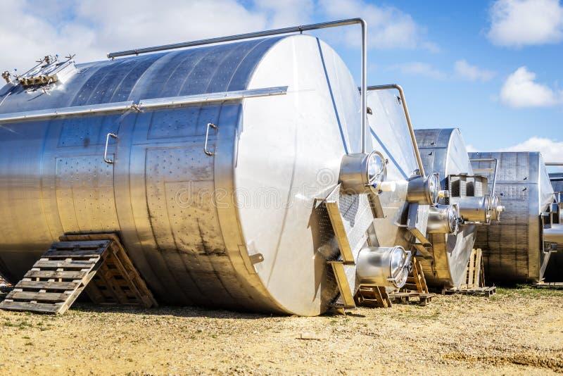Rostfritt stålvinvats i rad utanför vinodlingen arkivfoton