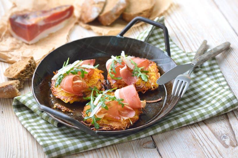 Rosti da batata com bacon imagens de stock royalty free