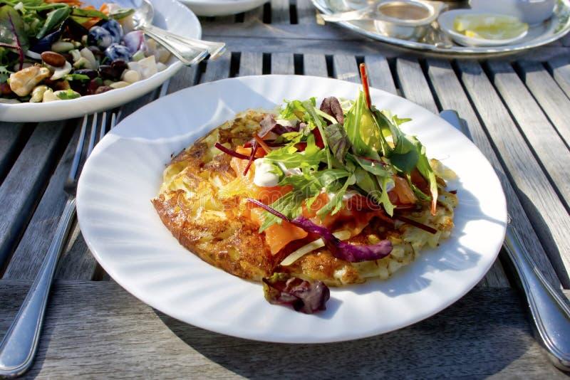 Rosti della patata su un piatto bianco. fotografia stock libera da diritti