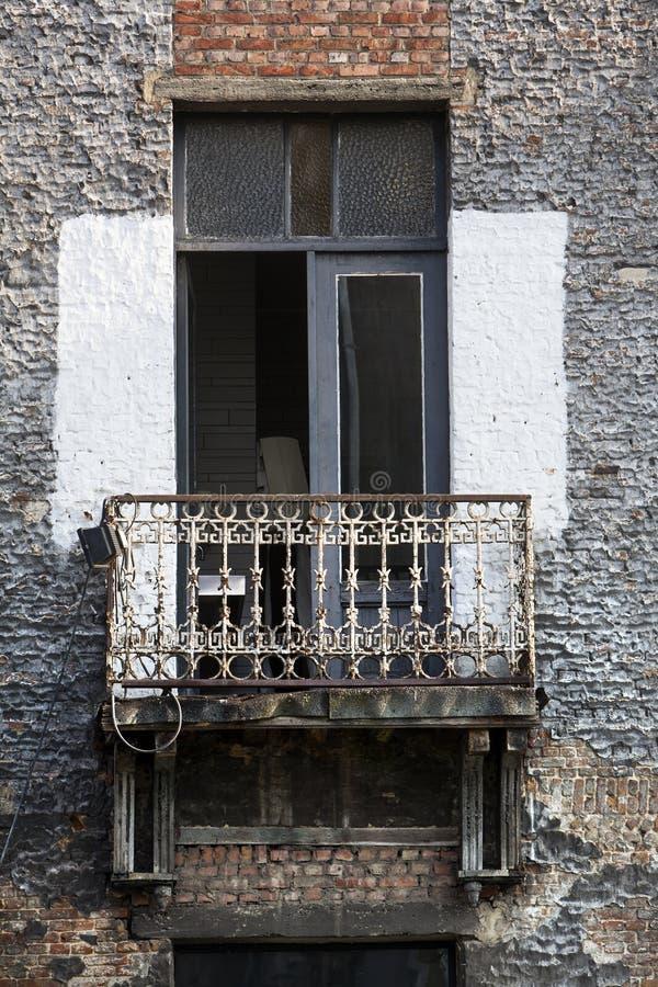 Rostig balkong och texturerade väggar arkivbilder