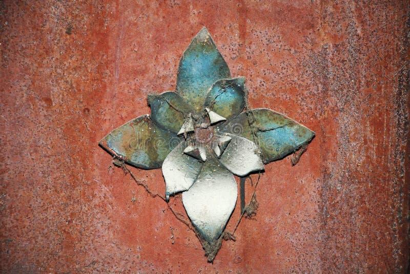 rostig blommametall royaltyfri bild