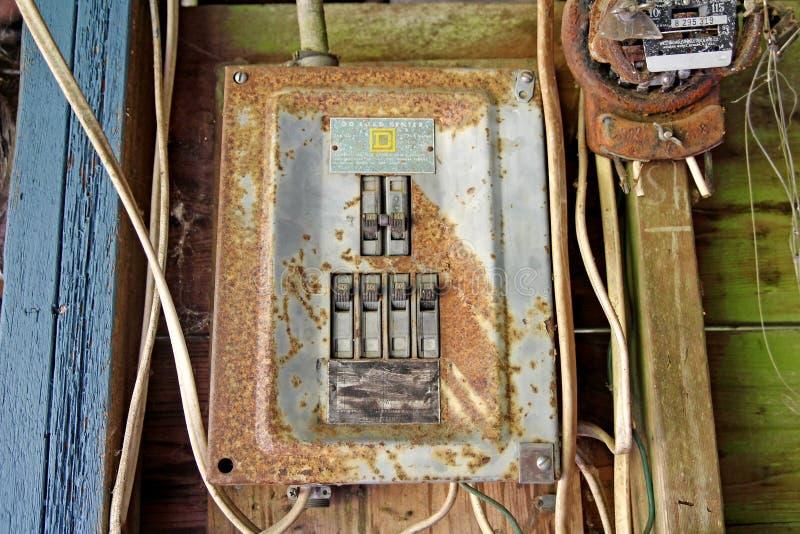 Rostig elektrisk panel royaltyfri bild