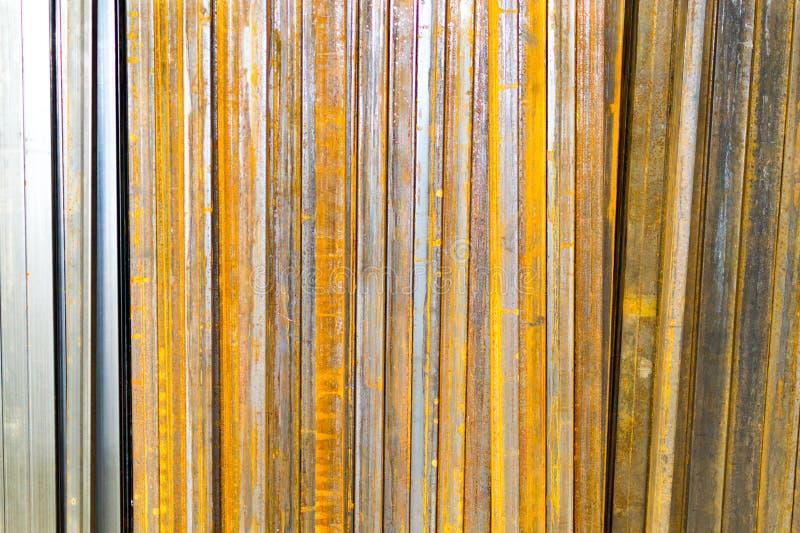 Rostig fyrkantig rörprofil för metall royaltyfri bild
