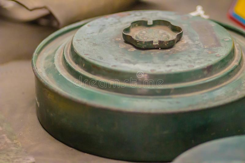 Rostig gammal anti--behållare min eller PÅ minen, en typ av landminadesigne royaltyfri fotografi