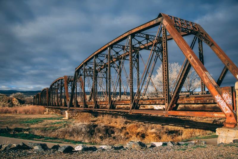 Rostig gammal drevbro över Coloradofloden royaltyfri fotografi
