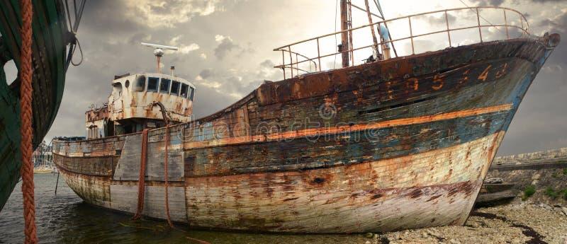 Rostig gammal fiskebåt och haveri royaltyfria foton