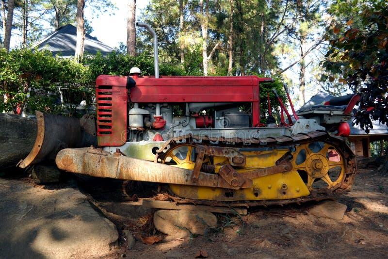 Rostig gammal traktor arkivbilder