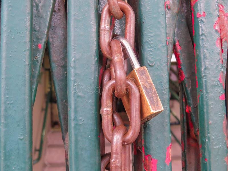 Rostig hänglås och kedja, stängande skyddsgallerport royaltyfri fotografi