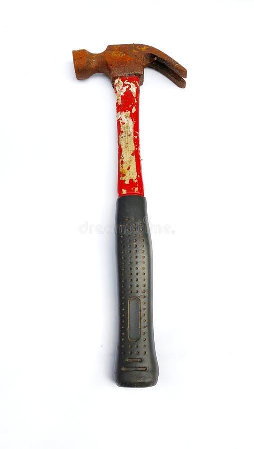 rostig hammare med det röda och svarta handtaget på vit bakgrund arkivfoto