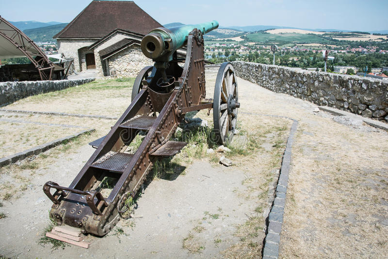 Rostig historisk kanon i den Trencin slotten, Slovakien arkivfoton