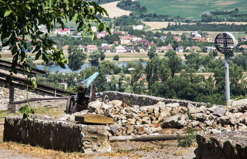 Rostig historisk kanon i den Trencin slotten, slovakisk republik arkivfoton