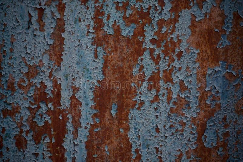 Rostig järndörr med sprucken blå målarfärg Den målade blåa rostiga väggen formade textur Målade rostig korrosiv bakgrund för Grun royaltyfria foton