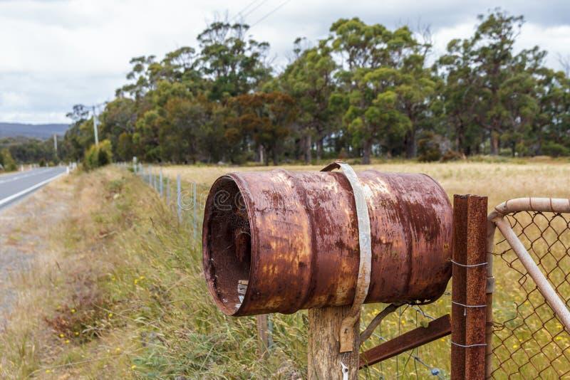 Rostig lantlig trummabokstavsask på lantgårdporten royaltyfria bilder
