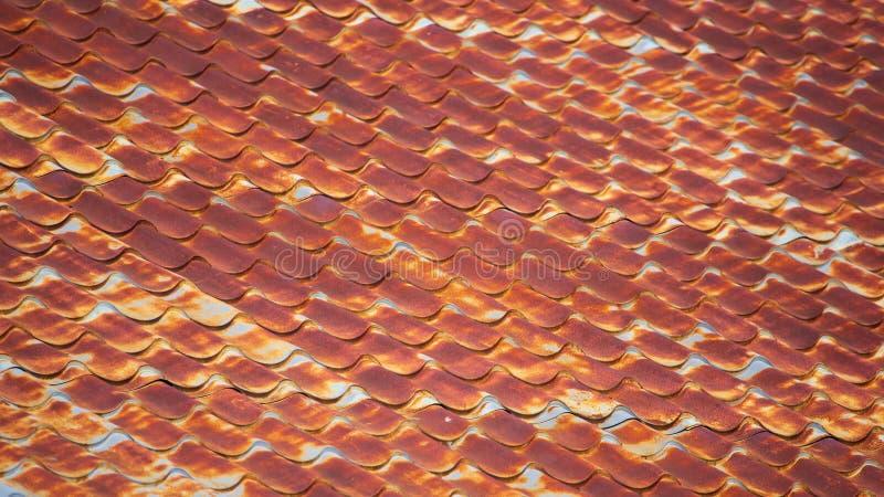 Rostig metall på taket av huset royaltyfri fotografi