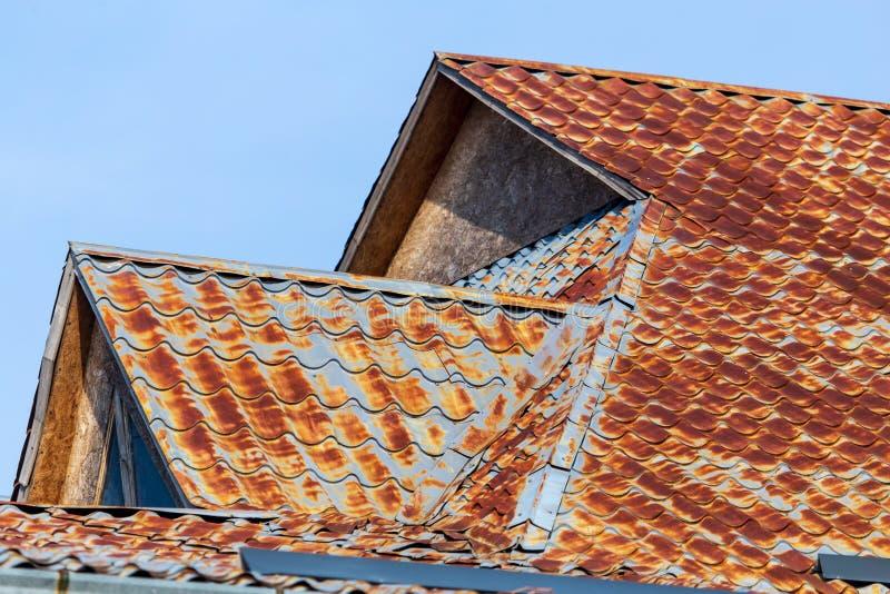 Rostig metall på taket av huset arkivfoton