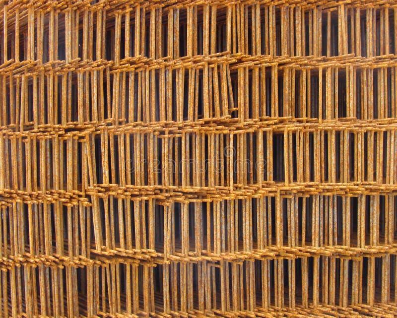 Rostig metall staplade raster på industriell konstruktionsplats fotografering för bildbyråer