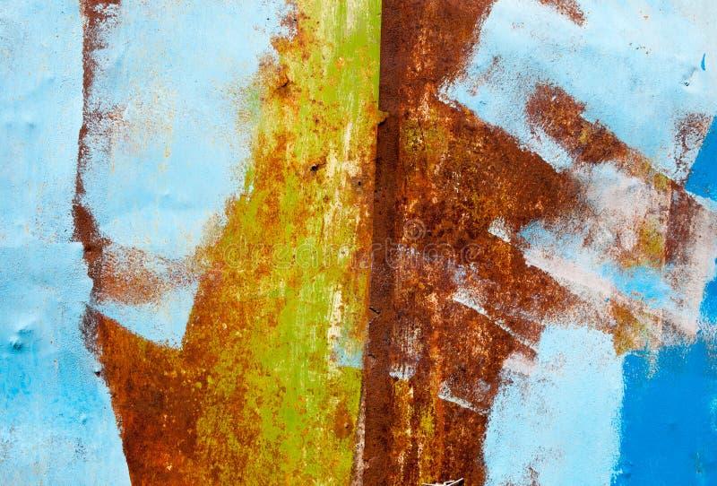 Rostig metallyttersida som målas med mångfärgad målarfärg royaltyfria bilder