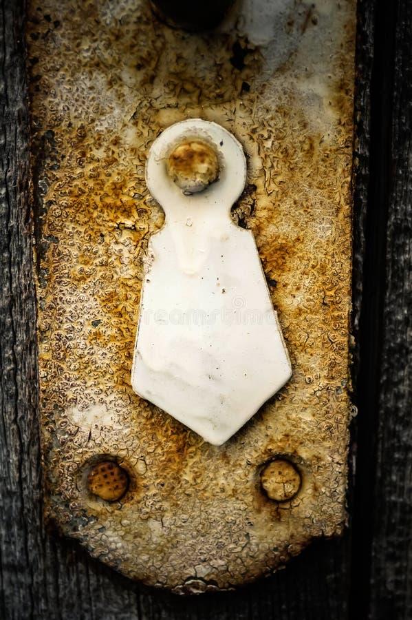 Rostig nyckelhål i den gamla trägarderoben, closeup royaltyfria bilder