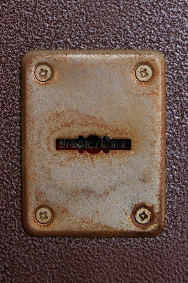 Rostig nyckelhål på en metalldörr arkivfoto