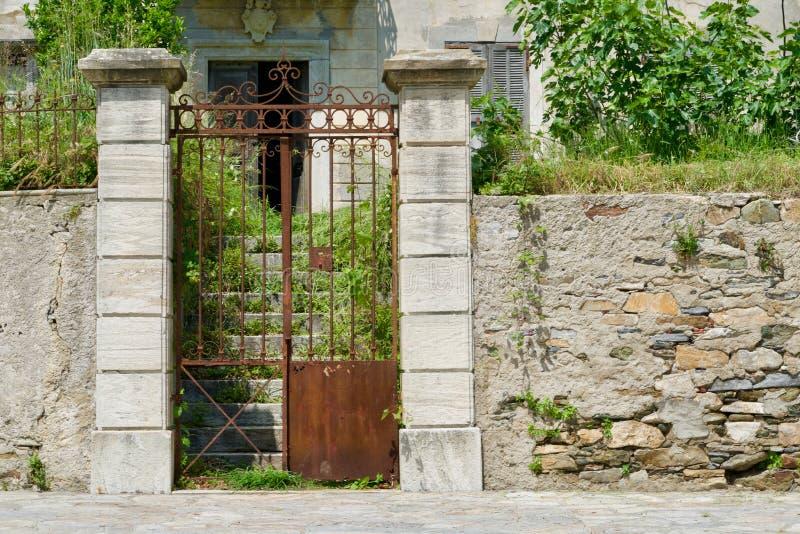Rostig portal av ett gammalt hem arkivfoton