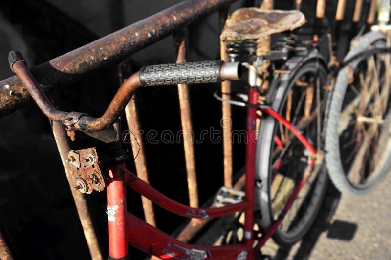 Rostig röd cykel arkivfoton