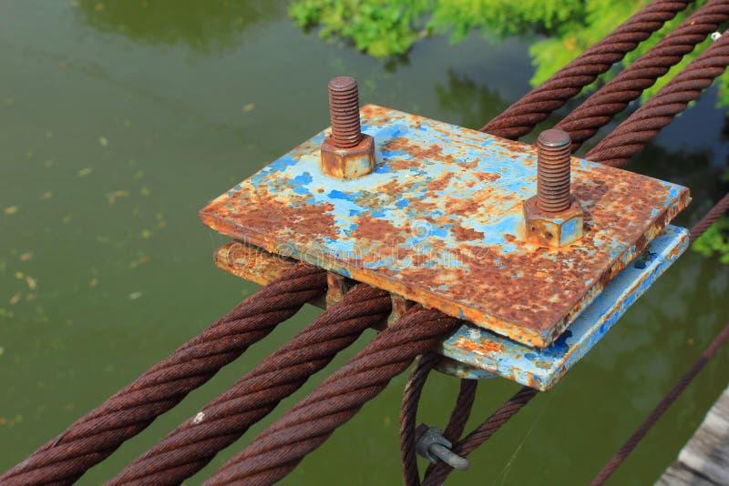 Rostig rem för trådrep av delen av bron arkivfoton