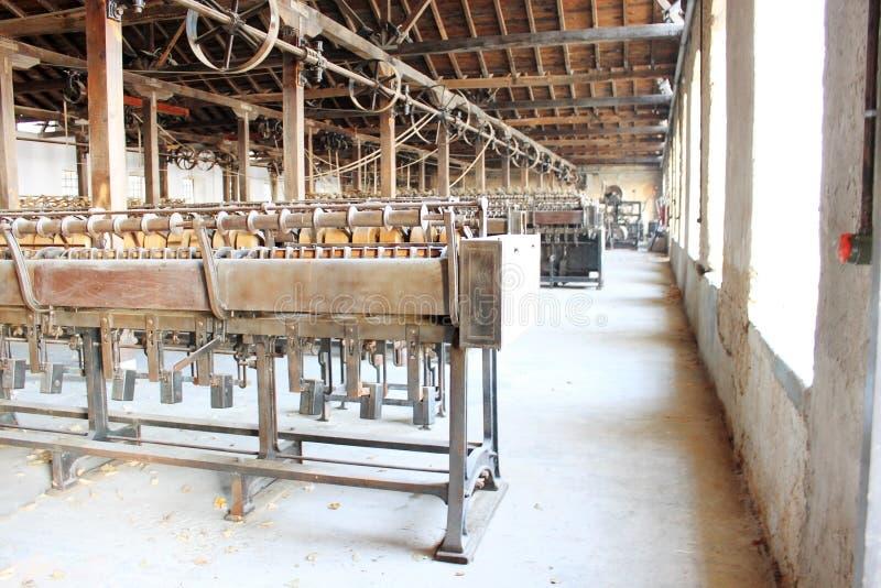 Tappningfabriken bearbetar med maskin arkivbilder