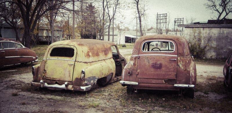 Rostiga gamla klassiska bilar arkivbilder