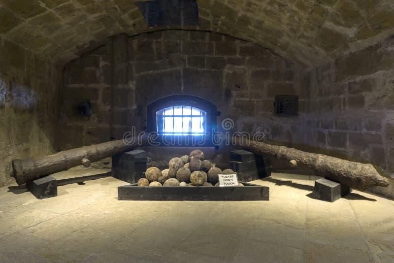 Rostiga kanoner och kanonbollar inom fästningen Koules Castello en sto royaltyfria foton