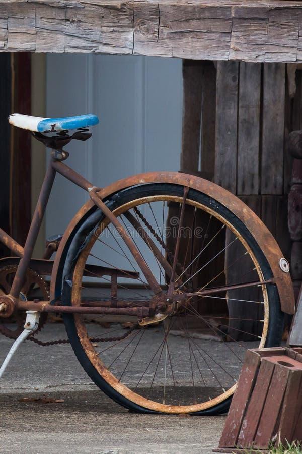Rostiga ladugårdar och cyklar royaltyfri fotografi