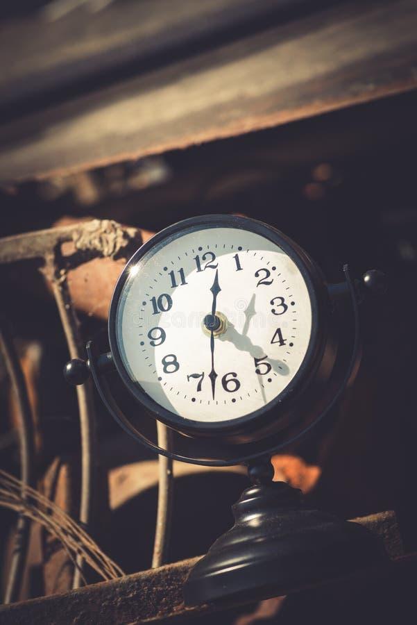 Rostiga metalldelar för makro och gammal bruten klocka i den söndag loppmarknaden royaltyfria foton