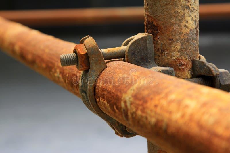 Rostiga metallmaterial till byggnadsställningbeståndsdelar arkivfoton