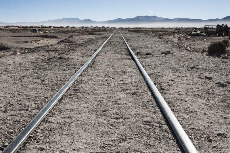 Rostiga och övergav gamla järnvägar på drevet Kyrkogård Cementerio de Trenes i Uyuni deserterar, Bolivia fotografering för bildbyråer