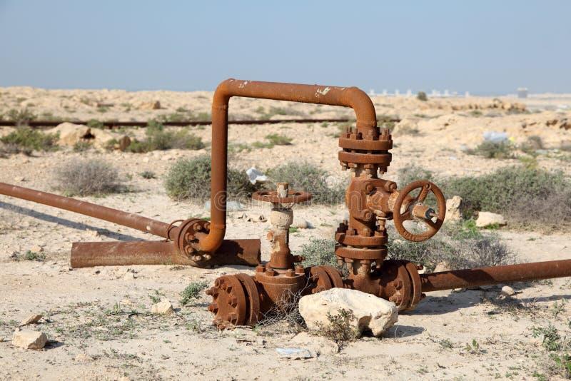 Rostiga olje- rör i öknen arkivfoton