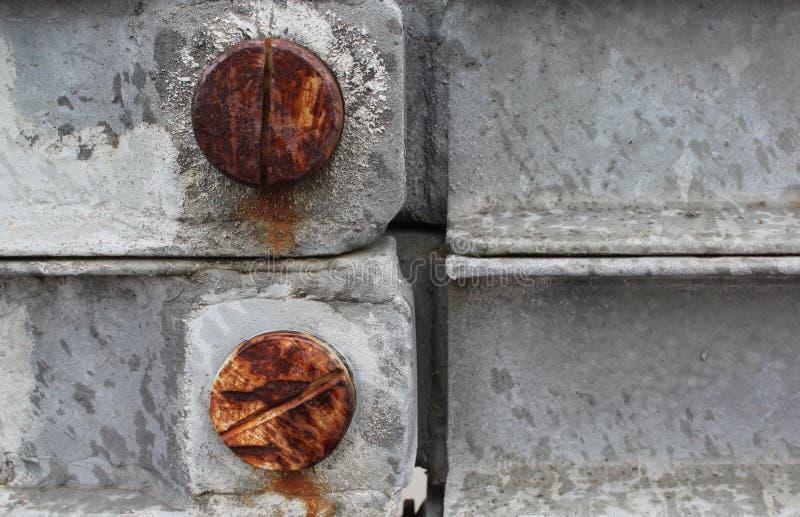 Rostiga skruvar i en stålbro arkivbilder