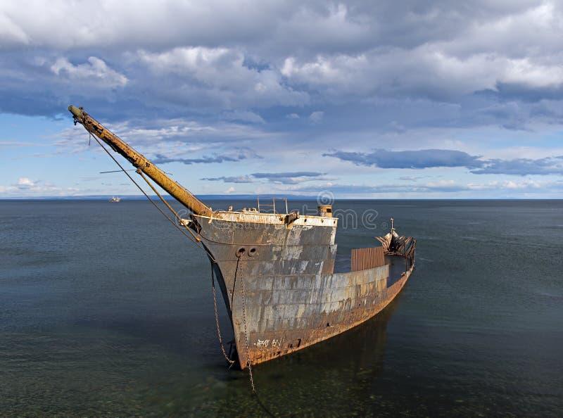 Rostige Überreste eines versunkenen Schiffs stockfotos