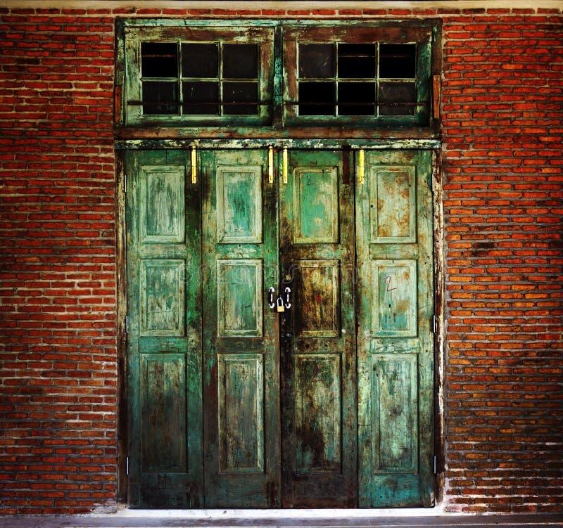 Rostige alte grüne hölzerne Tür lizenzfreies stockfoto