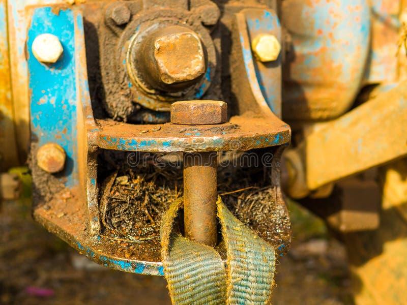 Rostige Anhängerkupplungen auf Traktorauto Autoschleppen angeschlossen mit Kabeln stockfotografie