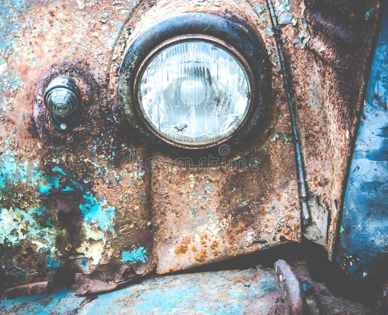 Rostige Autolampe der alten Weinlese lizenzfreie stockfotografie